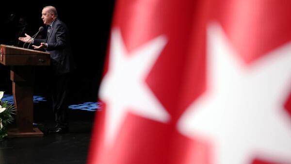 A Turquia, liderada pelo presidente Tayyip Erdogan, está em estado de emergência desde a tentativa de golpe militar de julho de 2016.