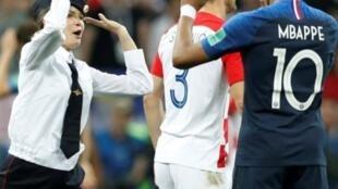 Участница Pussy Riot Вероника Никульшина дает пять футболисту французской сборной Килиану Мбаппе во время акции «Милиционер вступает в игру» 15 июля