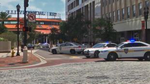Polícia de Jacksonville bloqueia rua em frente ao Jacksonville Landing area onde ocorreu um tiroteio, 26 de agosto de 2018