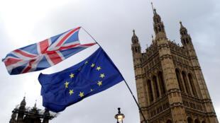 Cờ Anh và Liên Hiệp Châu Âu ở bên ngoài Nghị Viện Anh Quốc, Luân Đôn, ngày 13/03/2019