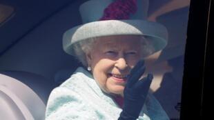 La Reina Isabel II saliendo de la Capilla San Jorge, en el castillo de Windsor, este 21 de abril de 2019 , día de su 93er cumpleaños.