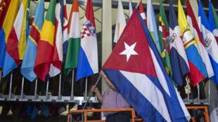 Quốc kỳ Cuba được kéo lên ở phía trước trụ sở Bộ Ngoại giao Mỹ, Washington DC, 20/07/2015