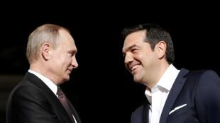 នាយករដ្ឋមន្ត្រីក្រិក លោក  Alexis Tsipras (ស) និងប្រធានាធិបតីរុស្ស៊ី លោក Vladimir Poutine នៅទីក្រុងអាថែន ថ្ងៃទី ២៧ ឧសភា ២០១៦