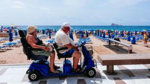 Un couple de retraités sur la plage de Benidorm dans la province d'Alicante en Espagne.