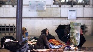 Moradores de rua em Paris. Segundo a Fundação Abbé Pierre, 133 mil pessoas estão nessa situação na França.
