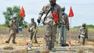 Photo prise par l'USAID en 2011 lors d'une présentation sur la détection de munitions non explosées et de l'agent orange lors du lancement d'un précédent projet de nettoyage financé par les États-Unis. Aéroport de Danang, Vietnam.