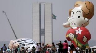 Uma boneca inflável gigante de Dilma Rousseff, durante um protesto contra a presidente e o PT, em Brasília, 7 de setembro de 2015.