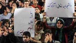 پانصد تن از دانشجویان دانشگاه تهران، در نامهای خطاب به وزیر علوم ایران، نسبت به احکام زندان صادر شده برای فعالان دانشجویی بازداشت شده در جریان اعتراضات دی ماه گذشته اعتراض کردند.