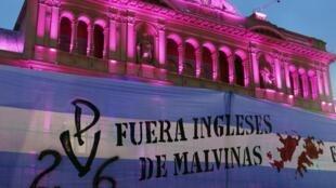 Banner em frente à Casa Rosada protesta contra a presença inglesa nas Ilhas Malvinas, nesta terça-feira.