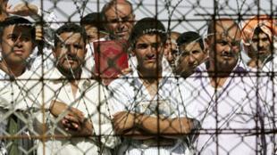Detentos iraquianos na prisão de Abu Graib, em 2006.