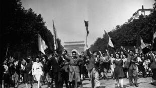 Desfile em Paris para comemorar final da Segunda Guerra Mundial.