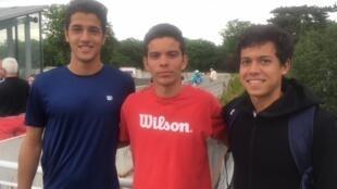 Mateus Alves, à esquerda, Natan Rodrigues (centro) e João Pedro Lopes Ferreira fazem parte do Time Guga de juvenis.