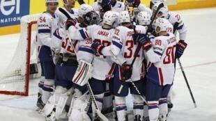 Сборная Франции радуется победе над сборной Казахстана, Хельсинки, 6 мая 2012 года