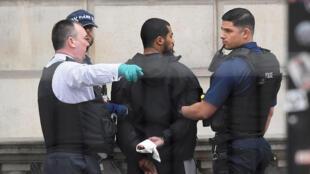 Homem tinha uma mochila com facas e foi detido perto do Parlamento britânico em 27 de abril de 2017