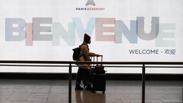 Một hành khách từ Trung Quốc đến sân bay Charles de Gaulle ngày 26/01/2020.