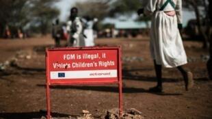Un panneau contre l'excision dans le village de Katabok, dans le nord-ouest de l'Ouganda, le 30 janvier 2018.
