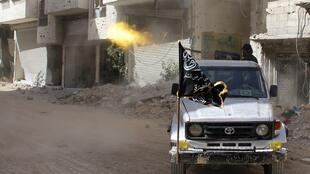 Integrante de um grupo de rebeldes islâmicos durante combates contra as forças do governo sírio em al-Goutha, perto de Damasco, em 8 de abril.