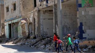 Crianças que vivem no Iraque e na Síria estão expostas a destroços e atrocidades típicos de um contexto de guerra