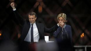 法国新总统马克龙夫妇
