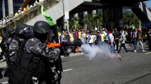 Cảnh sát chống bạo động Brazil đối đầu với tài xế taxi biểu tình chống ứng dụng gọi xe trực tiếp trên điện thoại thông minh, Rio de Janeiro, ngày 27/07/2017.