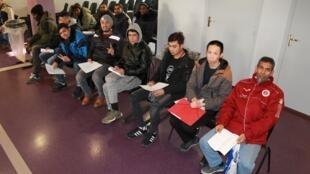 Migrantes aguardam na fila para encaminhar pedido de asilo na França em um dos postos de atendimento em Paris.