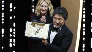 Director Hirokazu Kore-eda won the Golden Palm at Cannes for Manbiki kazoku. The 4th Japanese director to win the award. Behind him is jury chair Cate Blanchett.