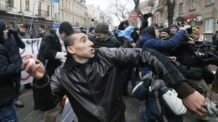 Украинские националисты забросали яйцами и камнями здания Россотрудничества, Сбербанка и Альфа-банка в Киеве