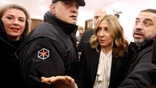 Carole Ghosn (d), entourée par des agents de sécurité, à la conférence de presse de son mari à Beyrouth, le 8 janvier 2020.