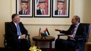 O chefe da diplomacia dos Estados Unidos, Mike Pompeo (e), junto com o chanceler jordaniano, Ayman Safadi.