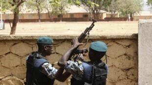 Malian junta soldiers guard at HQ in Kati, outside Bamako, 1 April