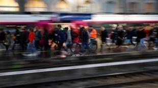 2019年12月9日,法国公交系统继续罢工,反对政府的退休金制度改革方案,巴黎市区交通瘫痪尤其严重。