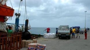 Porto da Praia em Cabo Verde, à espera em agosto do 1° barco da Inter-ilhas