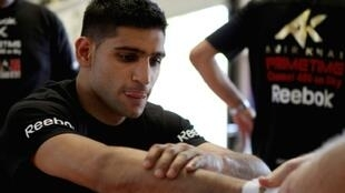 British boxer Amir Khan has offered his wedding venue to the health service