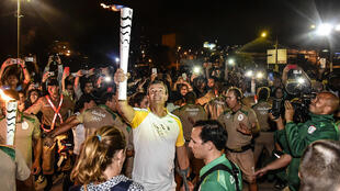 Lars Grael participou do revezamento da tocha olímpica no Rio de Janeiro.