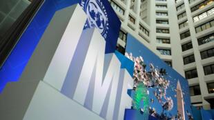ស្លាកនៃទីស្នាក់ការមូលនិធិរូបិយវត្ថុអន្តរជាតិ FMI នៅទីក្រុង Washington