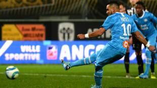 Dimitri Payet (Olympique de Marseille) marque sur penalty face à Angers, le 3 décembre 2019.