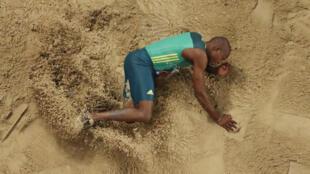 Le Sud-Africain Luvo Manyonga lors des Championnats du monde 2019 d'athlétisme, à Doha.