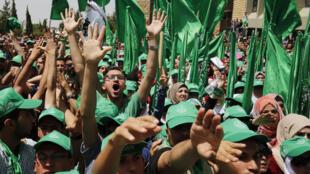 Em abril, estudantes palestinos manifestaram apoio ao Hamas durante um comício realizado na Universidade de Birzeit, perto de Ramala, na Cisjordânia.
