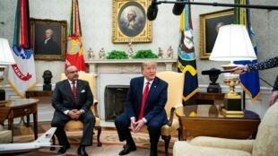 رئیس جمهور آمریكا دونالد ترامپ، در دیدار با شاهزاده سلمان بن حمد آلخلیفه ولیعهد بحرین، در دفتر بیضی كاخ سفید در واشنگتن، با خبرنگاران صحبت میكند. دوشنبه ٢۵ شهریور/ ١۶ سپتامبر ٢٠۱٩.