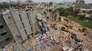 Equipes de resgate tentam encontrar sobreviventes nos escombros do edifício Rana Plaza, em Bangladesh.