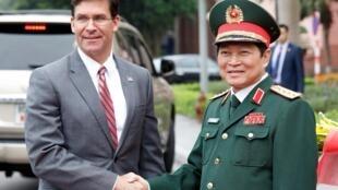 Bộ trưởng Quốc Phòng Hoa Kỳ Mark Esper (T) và đồng nhiệm Việt Nam Ngô Xuân Lịch tại Hà Nội ngày 20/11/2019.