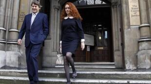 A ex-redatora do jornal News Of the World deixa a comissão de investigação ao lado do marido.