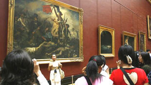 """Du khách vào xem tranh """"La Liberté guidant le peuple"""" của Delacroix"""