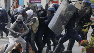 Confrontos em Nantes, Oeste da França, entre a polícia e manifestantes.