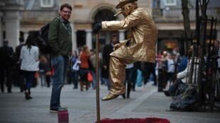 Un artiste de rue lors d'une performance à Covent Garden, à Londres.