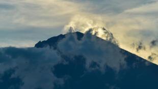 Le mont Agung. Pour les scientifiques, il y a toujours neuf chances sur dix qu'il entre très bientôt en éruption.