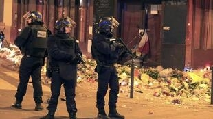 Police react to a suspicious vehicle near La Carillon restaurant following a series of deadly attacks in Paris, November 15, 2015.