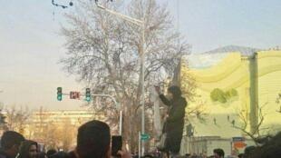 اعظم جنگروی، آخرین بانوئی که روز پنجشنبه ٢۶ بهمن / ١۵ فوریه در چهارراه خیابان انقلاب و وصال روسری خود را برای اعتراض به حجاب اجباری از سر برداشت