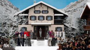 Modelos apresentam criações de Karl Lagerfeld no desfile Outono/Inverno 2019-2020 no Grand Palais, durante a Semana da Moda de Paris, em 5 de março de 2019.