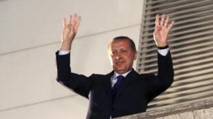 Recep Tayyip Erdogan celebra a vitória de seu partido, o AKP, nas eleições municipais de março.